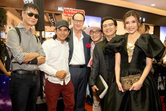 Thúy Diễm nổi bật tại sự kiện, khen phim mới của Bình Minh Thuy-diem-chup-anh-voi-cac-dao-dien-than-thiet-1610517098631527603428