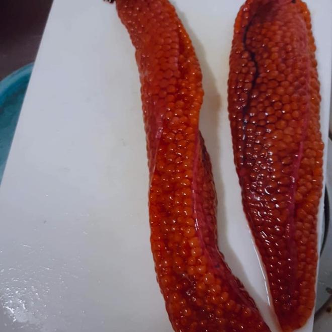 Mổ bụng cá hồi, bối rối phát hiện thứ màu cam nhớp nháp chưa từng ăn: Thực chất là bộ phận cực kỳ bổ dưỡng - Ảnh 1.