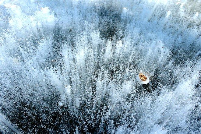 24h qua ảnh: Công nhân phơi khô vải tại xưởng nhuộm - Ảnh 1.