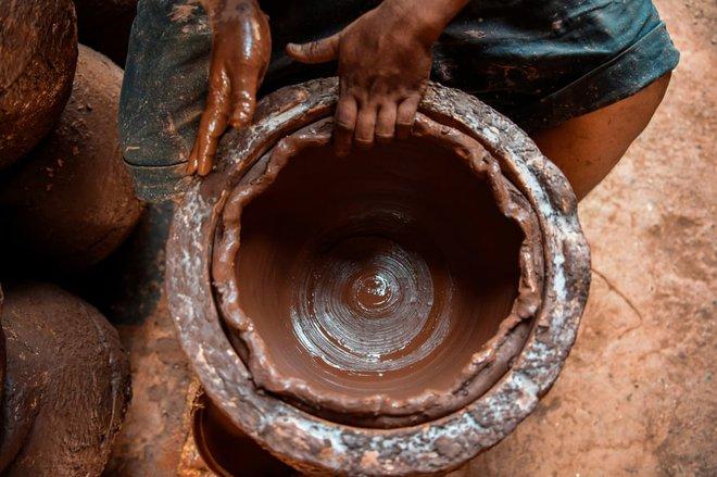 24h qua ảnh: Công nhân phơi khô vải tại xưởng nhuộm - Ảnh 6.