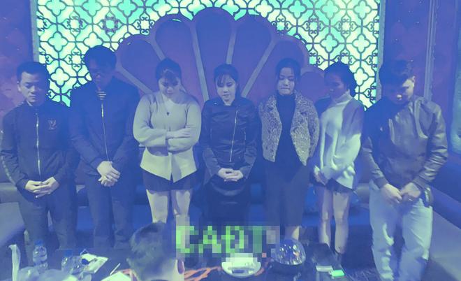 Ập vào quán karaoke Century, 7 nam nữ phê ma túy, bay lắc theo nhạc - Ảnh 1.