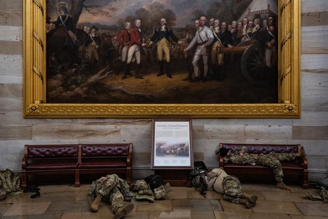Mỹ: Vệ binh Quốc gia ngủ la liệt tại điện Capitol - Ảnh 1.