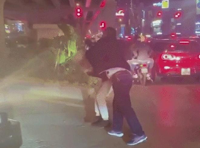 Vụ tài xế lên gối đánh người tới tấp tại ngã tư ở Hà Nội: Nạn nhân thừa nhận chửi tài xế trước - Ảnh 2.