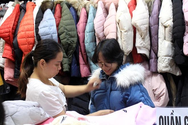 Chợ Nga ở Sài Gòn bán gì mà ế ẩm cả năm qua, nay tiểu thương mới bắt đầu vui trở lại? - Ảnh 2.