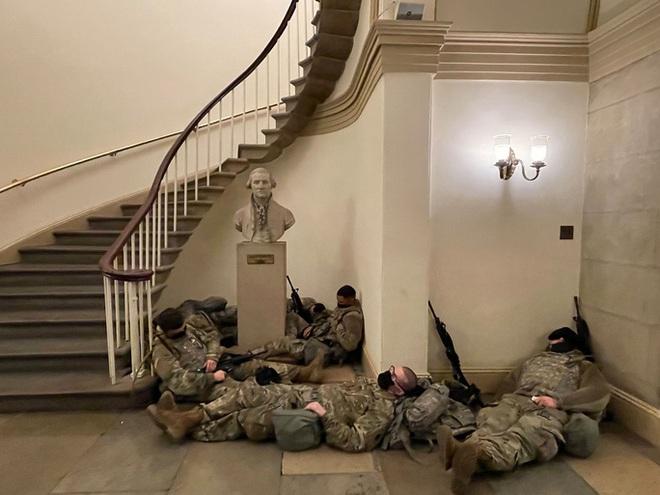 Mỹ: Vệ binh Quốc gia ngủ la liệt tại điện Capitol - Ảnh 2.