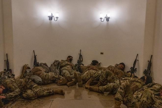 Mỹ: Vệ binh Quốc gia ngủ la liệt tại điện Capitol - Ảnh 3.