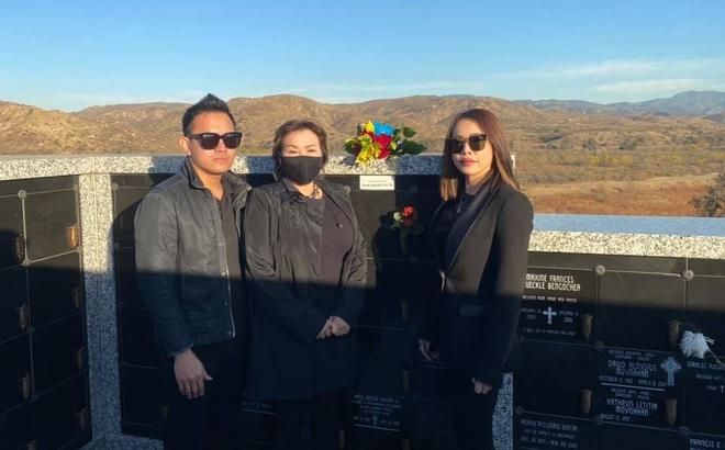 Con trai và em gái ruột Hoài Linh đến thăm viếng nơi an nghỉ của cố nghệ sĩ Chí Tài