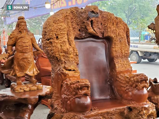 Ngắm bộ bàn ghế gỗ nu Cửu lân quần tụ nặng 4 tấn, dát vàng, giá 2,8 tỷ cho đại gia Việt - Ảnh 6.