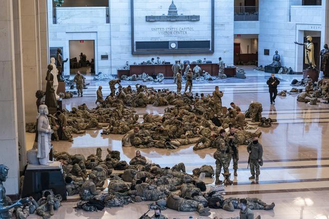 24h qua ảnh: Vệ binh Quốc gia Mỹ nằm la liệt trong Điện Capitol - Ảnh 2.