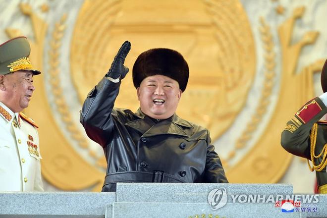 Triều Tiên khoe vũ khí mạnh nhất thế giới trong lễ duyệt binh kín tiếng - Ảnh 2.