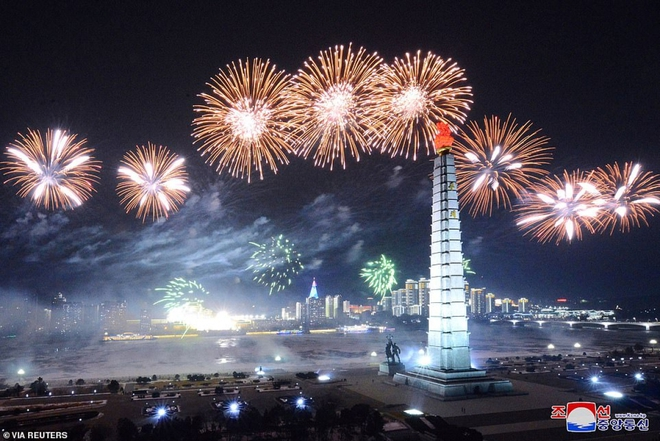 Ảnh: Triều Tiên bắn pháo hoa hoành tráng, đẹp mắt chào mừng Đại hội Đảng - Ảnh 2.