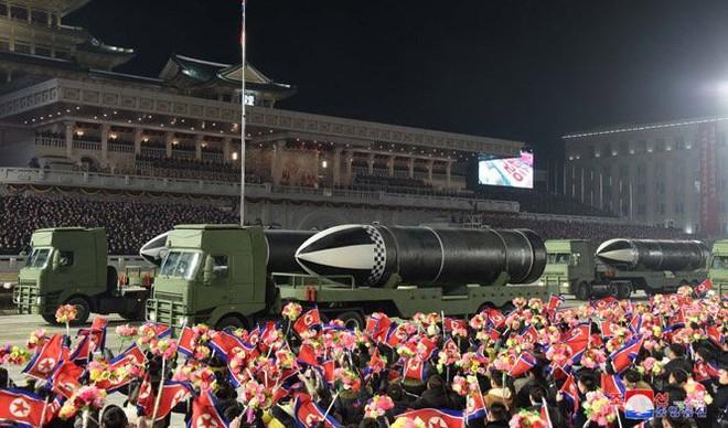 Triều Tiên khoe vũ khí mạnh nhất thế giới trong lễ duyệt binh kín tiếng - Ảnh 3.