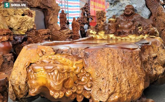 """Ngắm bộ bàn ghế gỗ nu """"Cửu lân quần tụ"""" nặng 4 tấn, dát vàng, giá 2,8 tỷ cho đại gia Việt"""