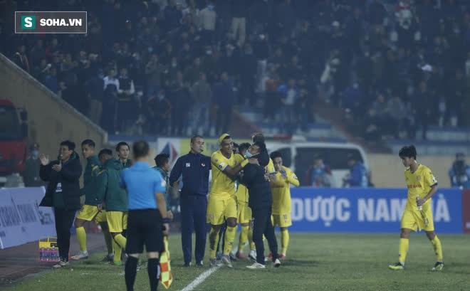Rút cả xấp tiền thưởng nóng trận thắng Hà Nội FC, một CĐV Nam Định gây sốt vì độ chịu chơi