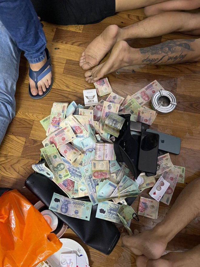 Thu giữ hơn 850 triệu đồng trong sòng bạc lưu động do kẻ mới ra tù cầm đầu - Ảnh 1.