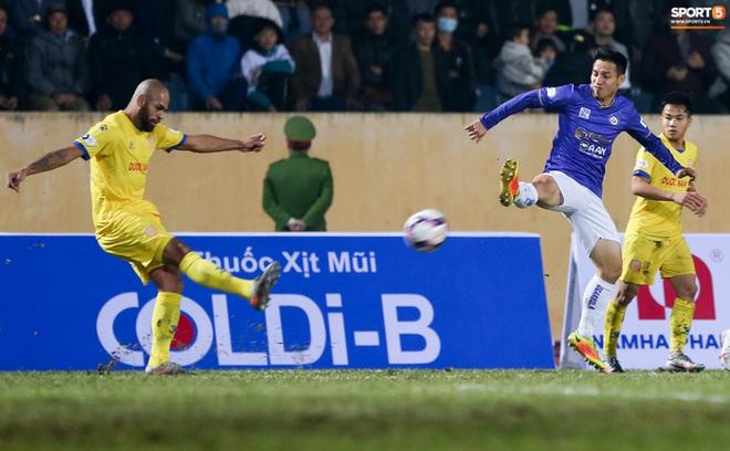 Khoảnh khắc Hùng Dũng bị đạp vào cổ chân nguy hiểm trận Hà Nội FC 0-3 Nam Định - Ảnh 1.