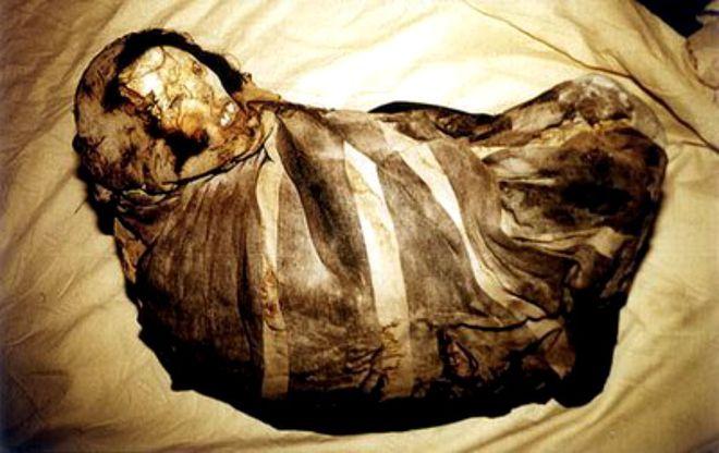Xác ướp thiếu nữ mắc kẹt trong lớp băng 9 mét suốt 500 năm - Sự thật đằng sau khiến ai cũng xót xa - Ảnh 1.