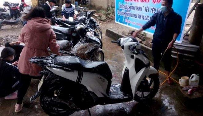 Thanh niên Hà Tĩnh rửa xe miễn phí quyên góp tiền tặng hộ nghèo ăn tết - ảnh 1
