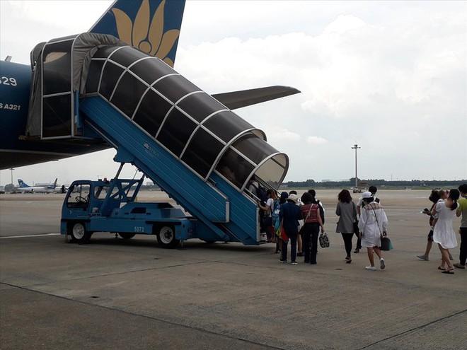 Sân bay Tân Sơn Nhất: Trong thông, ngoài vẫn tắc - Ảnh 1.
