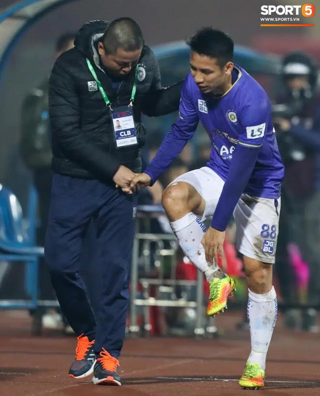 Khoảnh khắc Hùng Dũng bị đạp vào cổ chân nguy hiểm trận Hà Nội FC 0-3 Nam Định - Ảnh 3.