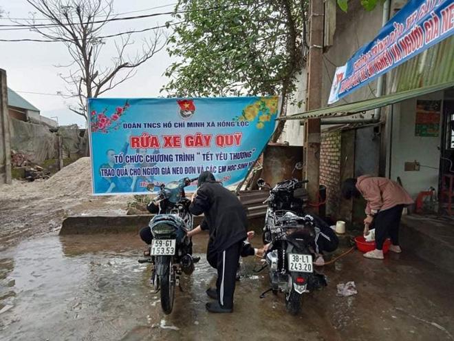 Thanh niên Hà Tĩnh rửa xe miễn phí quyên góp tiền tặng hộ nghèo ăn tết - ảnh 3