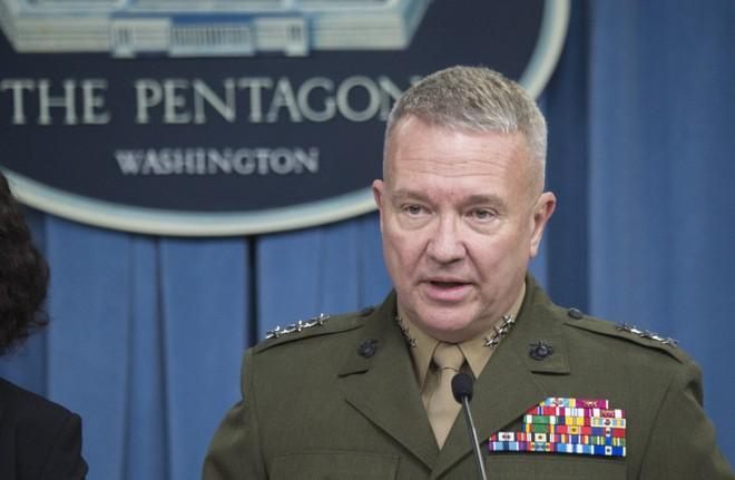 Tên lửa Iran hạ cánh gần cụm tác chiến tàu sân bay Nimitz của Mỹ: Đòn nắn gân trực diện? - Ảnh 2.