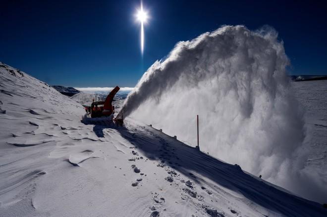 7 ngày qua ảnh: Cô gái đi qua những tảng băng trên mặt hồ đông cứng - Ảnh 11.