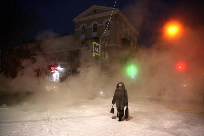 7 ngày qua ảnh: Cô gái đi qua những tảng băng trên mặt hồ đông cứng - Ảnh 4.