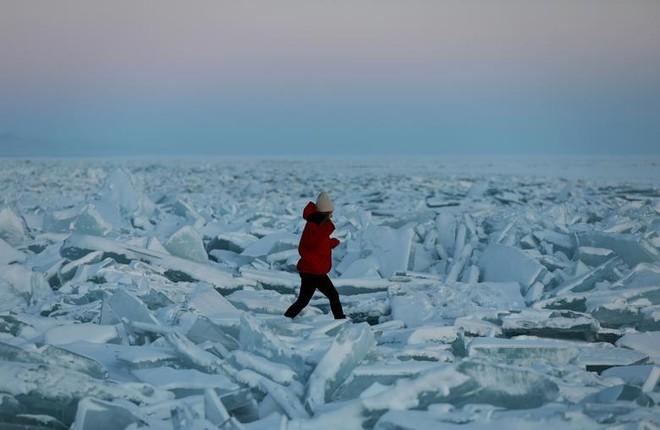 7 ngày qua ảnh: Cô gái đi qua những tảng băng trên mặt hồ đông cứng - Ảnh 5.