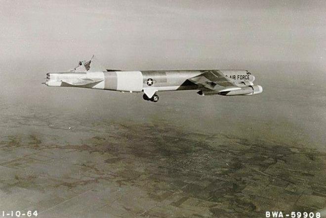 Chuyện hy hữu: Máy bay ném bom B-52H mất đuôi đứng và lái hướng vẫn hạ cánh an toàn - Ảnh 2.