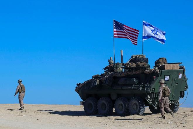 Tên lửa Iran hạ cánh gần cụm tác chiến tàu sân bay Nimitz của Mỹ: Đòn nắn gân trực diện? - Ảnh 1.