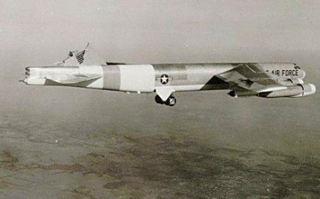 Chuyện hy hữu: Máy bay ném bom B-52H mất đuôi đứng và lái hướng vẫn hạ cánh an toàn