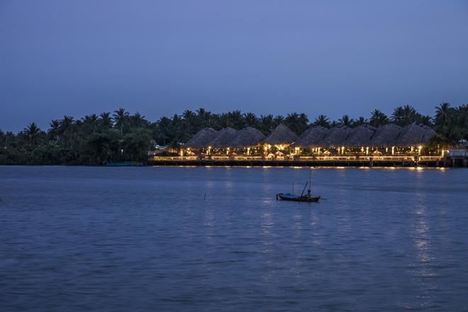 Nhà hàng mái dừa, thân tre ven sông ở miền Tây nổi bật trên báo ngoại - Ảnh 8.