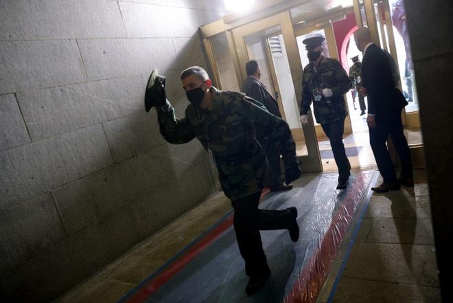 Điện Capitol bị phong tỏa trước lễ nhậm chức của ông Biden vì mối đe dọa an ninh bên ngoài - Ảnh 7.