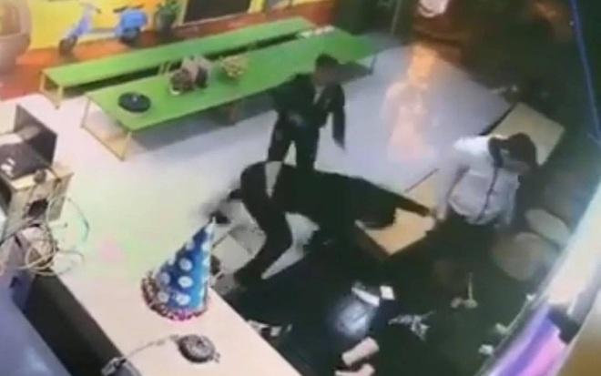 Xôn xao đoạn video 2 gã đàn ông đấm, đá tới tấp một phụ nữ ở Hà Nội: Hé lộ nguyên nhân - Ảnh 2.