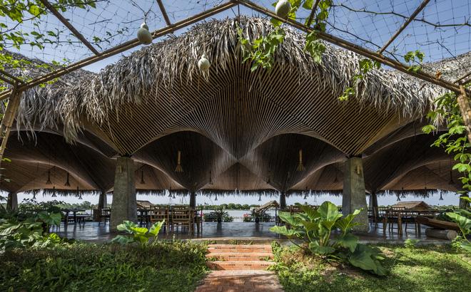Nhà hàng mái dừa, thân tre ven sông ở miền Tây nổi bật trên báo ngoại