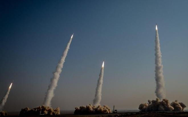 """Hàng loạt tên lửa Iran khoe sức mạnh trong cuộc tập trận """"Nhà tiên tri vĩ đại 15"""""""