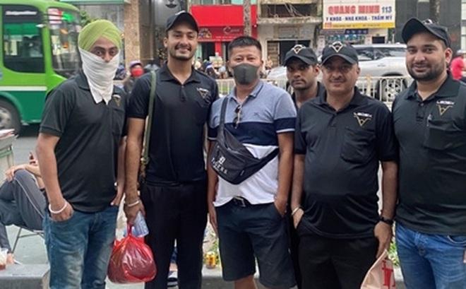 """""""Tây"""" mưu sinh trên đường phố Sài Gòn mùa dịch COVID-19"""