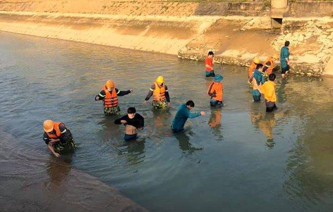 Tìm thấy thi thể bé 9 tuổi sau 3 ngày rơi sông, cha quỳ gục giữa đường đau đớn - Ảnh 2.