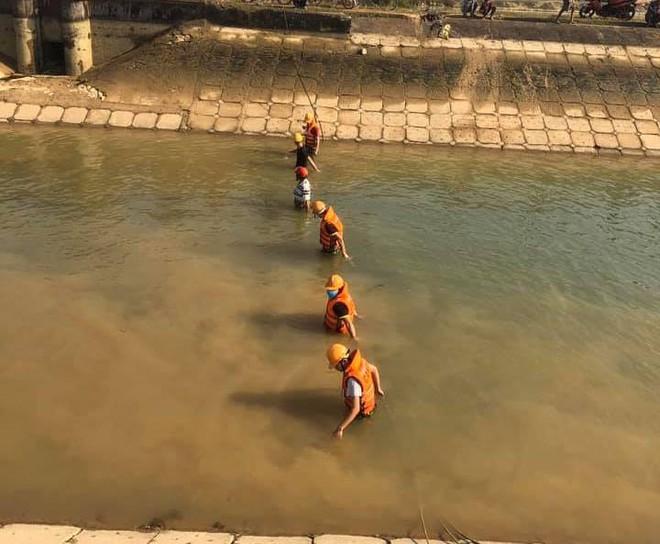 Tìm thấy thi thể bé 9 tuổi sau 3 ngày rơi sông, cha quỳ gục giữa đường đau đớn - Ảnh 3.