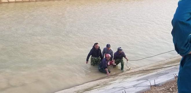 Tìm thấy thi thể bé 9 tuổi sau 3 ngày rơi sông, cha quỳ gục giữa đường đau đớn - Ảnh 1.