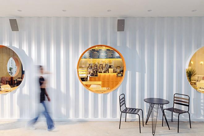 Quán cà phê container rực rỡ sắc cam ở Cần Thơ nổi bật trên báo ngoại - Ảnh 3.