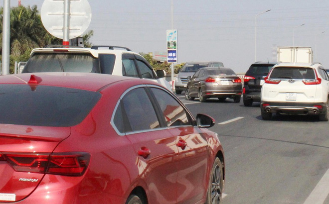 Đường trên cao Vành đai 3: Liên tục ùn tắc do xung đột giao thông