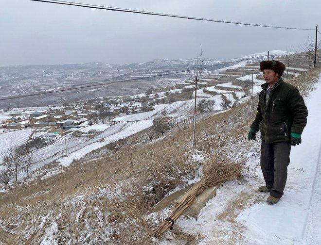 Trung Quốc xóa đói giảm nghèo cực kỳ tốn kém với công việc, nhà ở và bò: Kẻ tung hô, người nức nở khóc than - Ảnh 1.