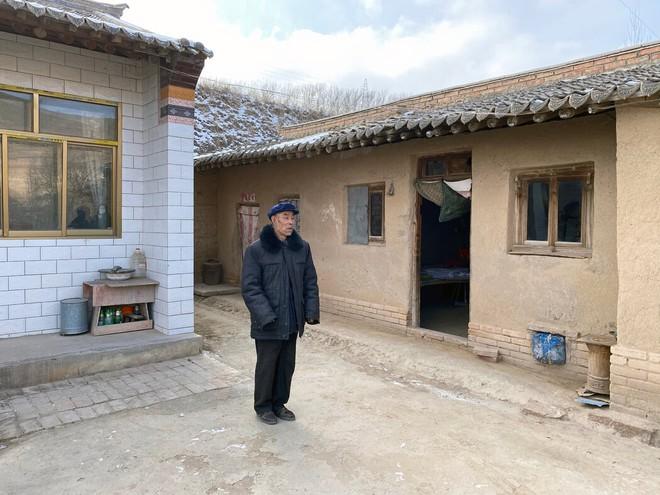 Trung Quốc xóa đói giảm nghèo cực kỳ tốn kém với công việc, nhà ở và bò: Kẻ tung hô, người nức nở khóc than - Ảnh 2.