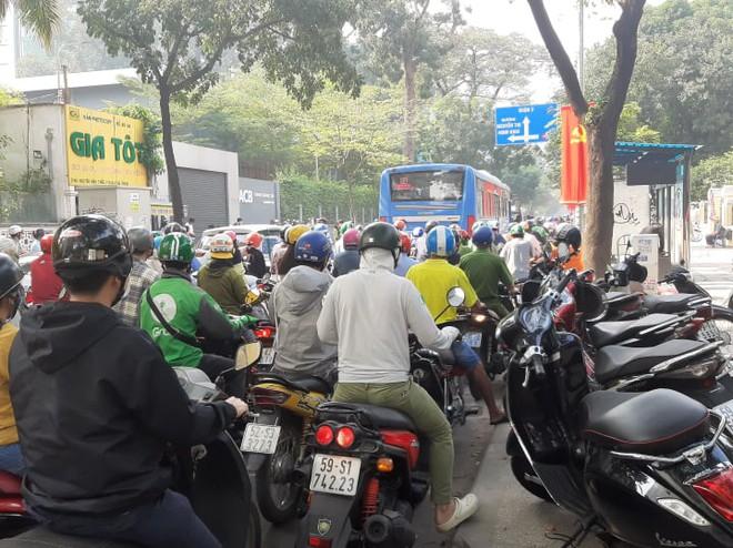 Băng qua đường, người phụ nữ bán vé số bị xe buýt cán tử vong thương tâm ở Sài Gòn, thi thể kẹt cứng dưới bánh xe - Ảnh 1.