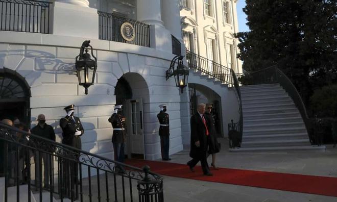 Tổng thống Trump rời Nhà Trắng lần cuối với 21 phát đại bác tiễn biệt, tuyên bố sẽ trở lại - Ảnh 3.