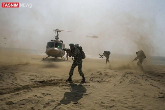 Lính biệt kích Iran đổ bộ rợp trời ngay cửa Vịnh Ba Tư - Ảnh 2.