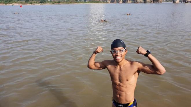 Hai người Việt làm điều khó tin: Bơi 200 km từ chân cầu Long Biên ra biển Thái Bình - Ảnh 2.