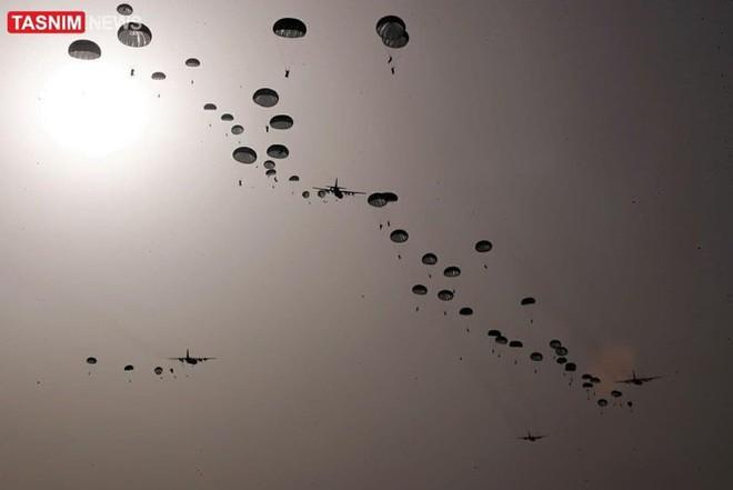 Lính biệt kích Iran đổ bộ rợp trời ngay cửa Vịnh Ba Tư - Ảnh 4.